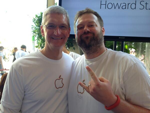 Happy Pride, @tim_cook. Proud to see you marching with other LGBT Apple employees! http://t.co/bbBb4M4GA9