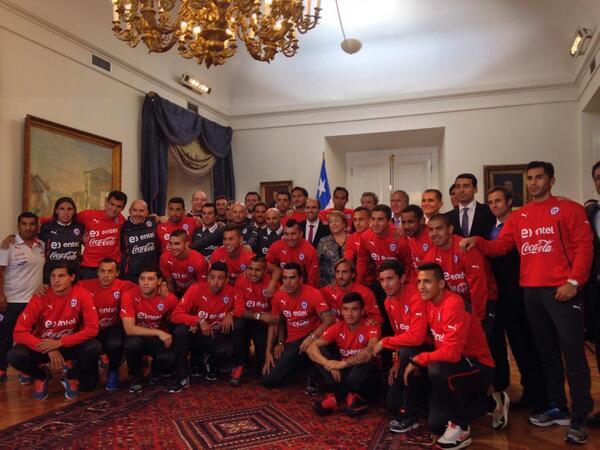 """La Selección se reúne con la Presidenta Bachelet en La Moneda. """"Como hinchas seguiremos apoyándolos. Muchas gracias"""" http://t.co/fFNaRhJMbW"""