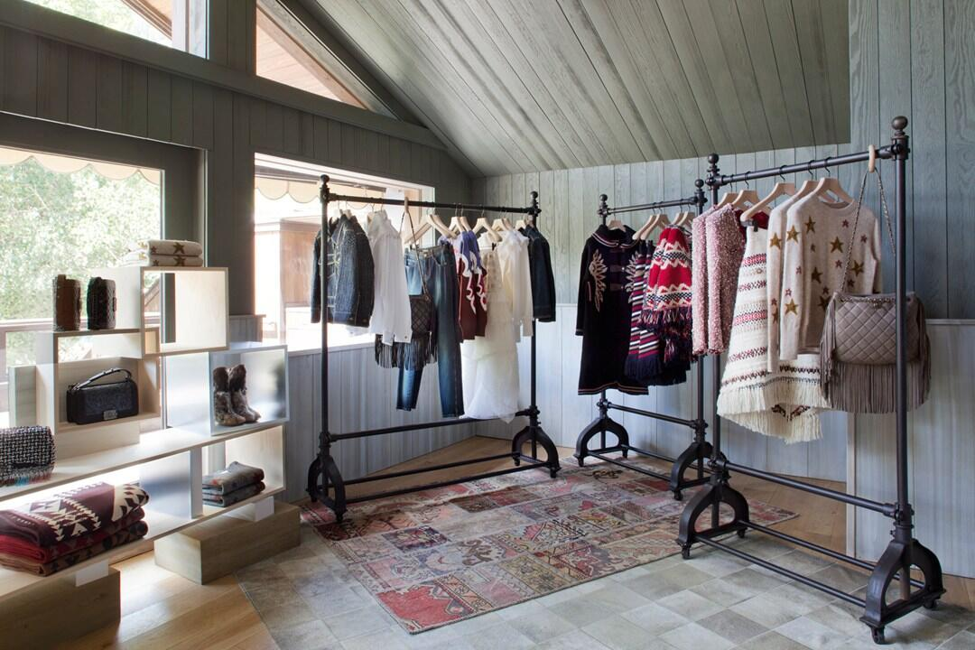 RT @lofficielmexico: Vista del interior de la pop-up store de @CHANEL en Aspen. http://t.co/EIERPoUD6q