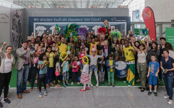 Kollektives Daumendrücken beim AirlebnisTag #FeelBrazil in FRA für das @DFB_Team. Viel Erfolg beim #WM Spiel #GERALG http://t.co/ZzE6bTfl6m