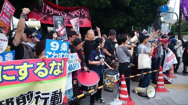 首相官邸前で大規模な集団的自衛権反対デモ中