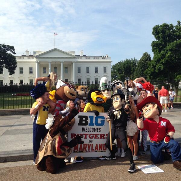 #B1G mascots take an epic selfie in front of the @WhiteHouse. #B1GWelcome http://t.co/i4zqbSjn1l