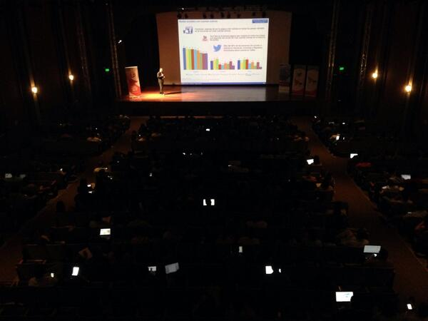 Muchas pantallas prendidas entre la audiencia ;) #SMDayPA http://t.co/obMRpgwaOm