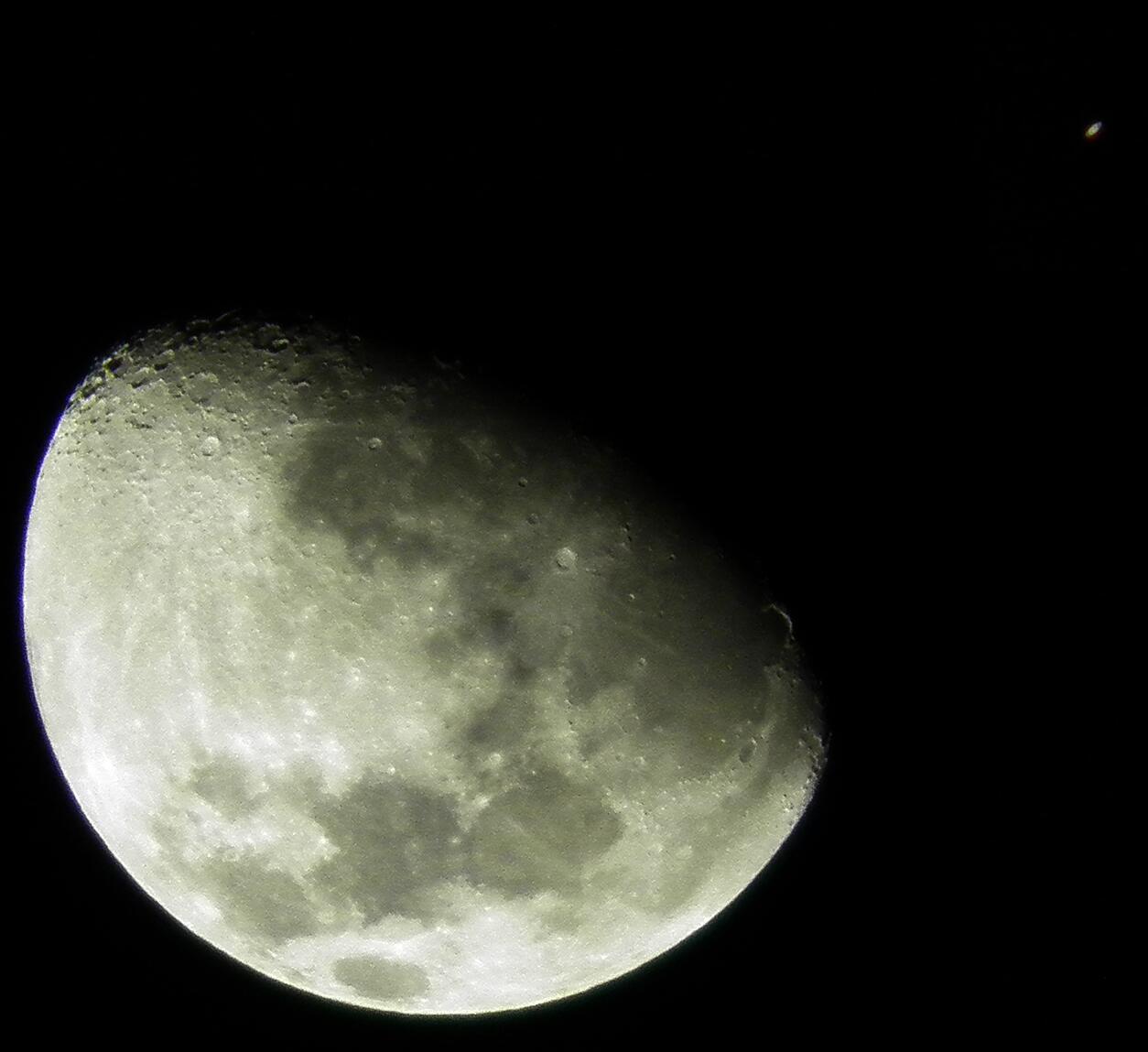 RT @SebyCom: @El_Universo_Hoy La luna y saturno en este momento http://t.co/hzLKKySPlq