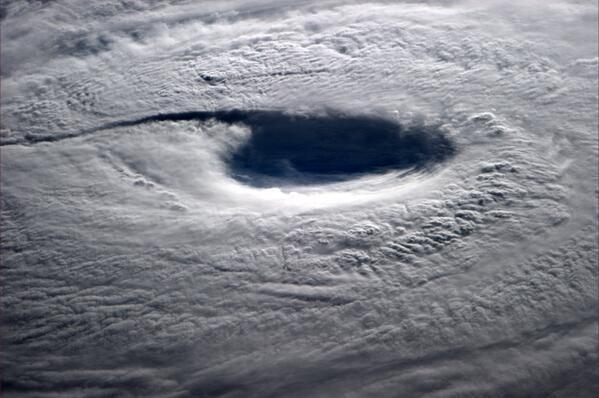 IMPRESIONANTE... imagen del ojo del tifón #Neoguri captada por el astronauta Reid Wiseman desde el espacio. http://t.co/cknrv8OFYW