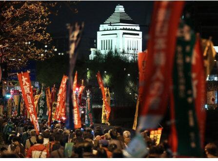 【集団的自衛権デモ】 日の丸が見えない! 普通、他国では、こう言った国の根幹に関わるデモでは国旗が目立つのだが集団的自衛権デモでは日の丸は一個もない! あるのは赤旗ばかり! 聞こえてくるのは「スミダ」「ニダ」! http://t.co/rOyxVeH0dI