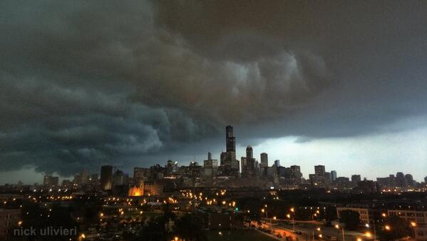 Here's the storm front passing over the #Chicago skyline #ILwx #CHIwx. Wow! > http://t.co/GXAdSDjzAF