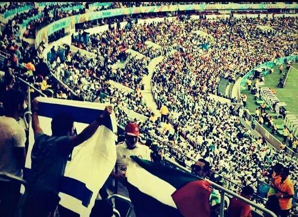 برازيلي رفع علم اسرائيل , جزائري قطع مسافة كبيرة ليقف أمامه و رفع علم فلسطين الحبيبة    http://t.co/zqsLkrziM4 (via @WadieTaliani)