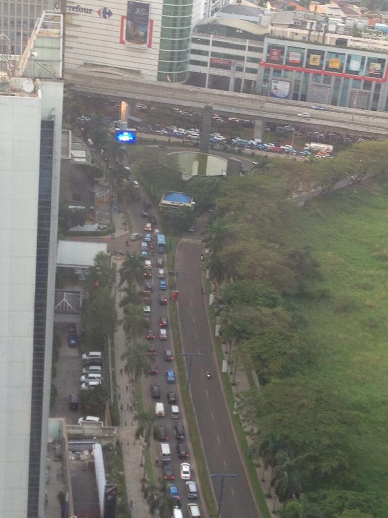 @lewatmana #JKTS antrian Mega Kuningan menuju Jl. Prof Dr. Satrio. http://t.co/oCLPQUEdE0
