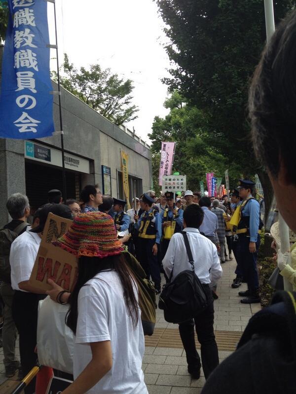 官邸前、すごい人の波。地下鉄出口では警官たちが道案内。「若者殺すな」「閣議決定中止」「平和を守れ」続々と集まってます。 http://t.co/LAEN0Oc5GC