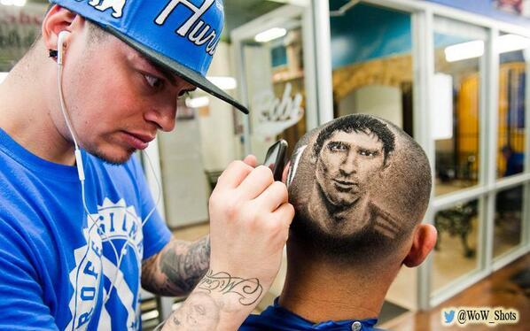 """@WoW_Shots: الحلاّق الشهير ""روب فيريل"" يقص شعر زبونٍ له بشكلٍ يرسم على رأسه صورة النجم الأرجنتيني ""ليونيل ميسي""   http://t.co/xNWmPGVbNF"""