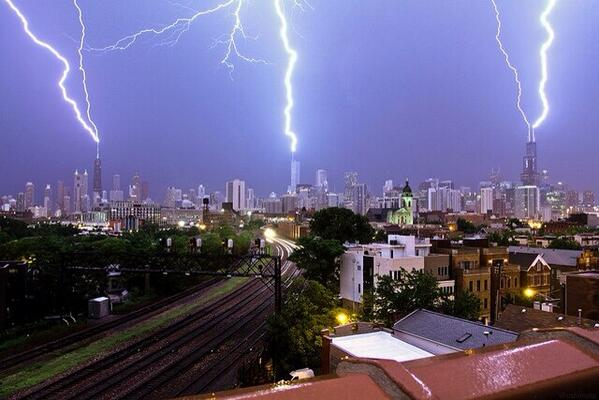 A Chicago lightning trifecta!! Hits Sears/Willis Tower, Hancock and Trump. (via @cshimala) http://t.co/agWxcoTrVz