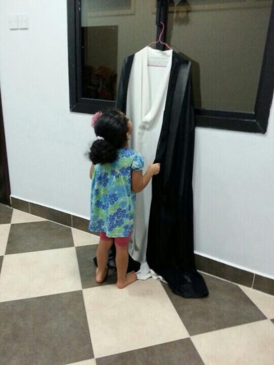 أخبار كرزكان  (@KarzakkanNews): #كرزكان :صورة مؤلمة لإبنة المعتقل الشيخ زهير عاشور وهي تفتقده وتنظر لملابسه نظرة الشوق لرؤية والدها محرراً #سجين_صائم http://t.co/5iIWcrOflM