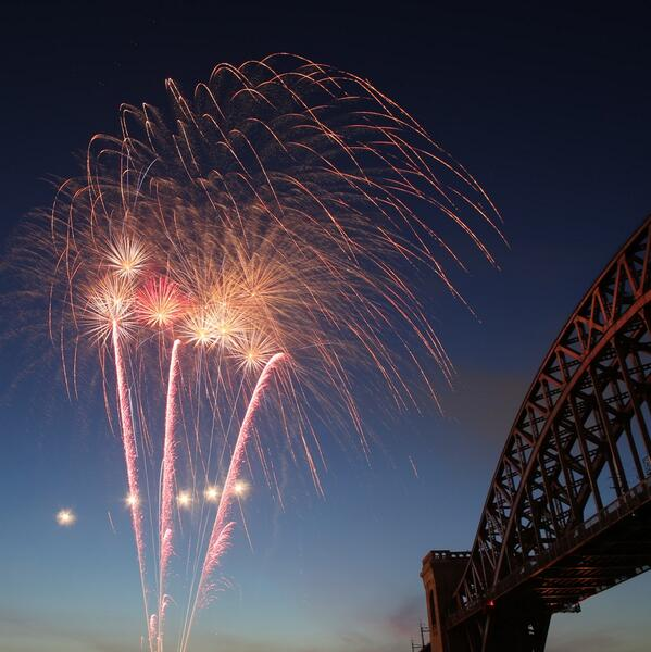 Did anyone else catch the fireworks at Astoria Park last night? Wow! Photo by @takinyerphoto http://t.co/zxtKTJu9SC