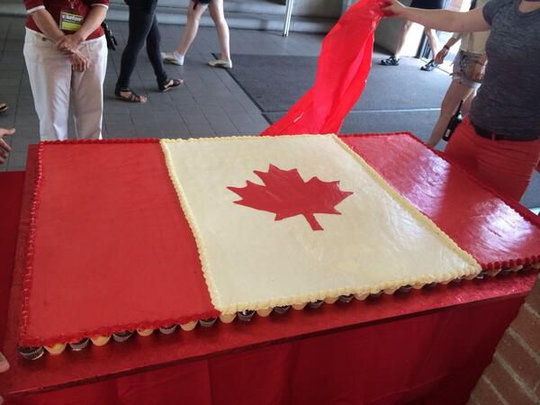 Ever wonder what 700 cupcakes looks like? #CanadaDay http://t.co/X1wXvuNxUY
