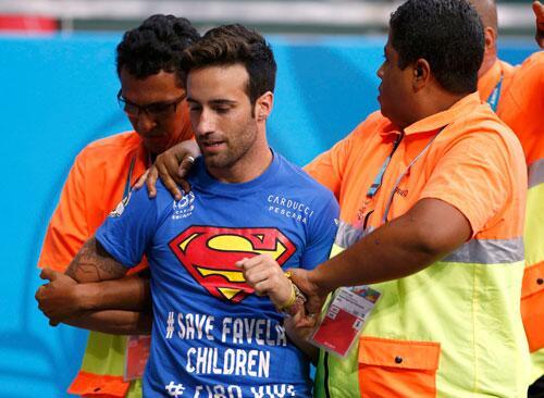 RT @publico_es: EN DIRECTO   El espont?neo que salt? al campo. Ped?a 'salvar a los ni?os de las favelas' http://t.co/oOTVCSPM98 http://t.co?