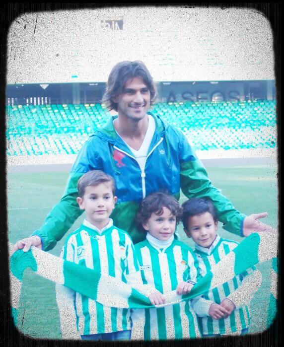 El domingo estaré en el Benito Villamarín apoyando al equipo de mi corazón @RBetisOficial Pincelada musical. 21.30!!! http://t.co/5ZpNpgmkL8