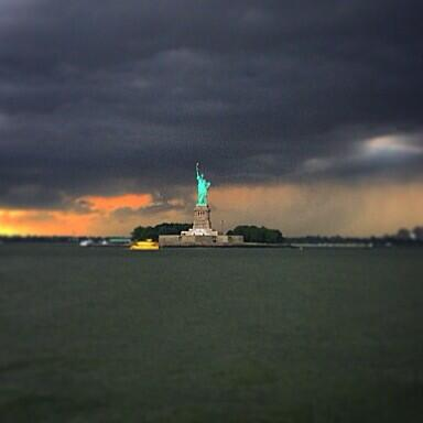Hang tight, Lady Liberty! You and Staten Island will tough out the storm together. #siferry http://t.co/jzTCW4ZTHY