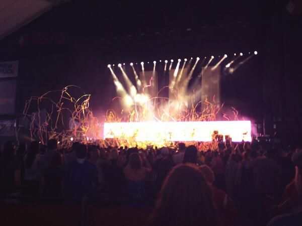 Streamers are cool. @paramore #MONUMENTOUR http://t.co/EZAhljgPR2