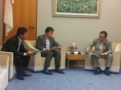 浅尾代表と官邸を訪れ、菅官房長官に対し、日本郵政の株式上場前にゆうちょ銀行の過剰資本を国庫に返納させ復興財源に充てる提言を行いました。 国民の資産を国民の手に取り戻すために、政府には是非前向きな検討をしていただきたいと思います。 http://t.co/Y8MHcXbFoG