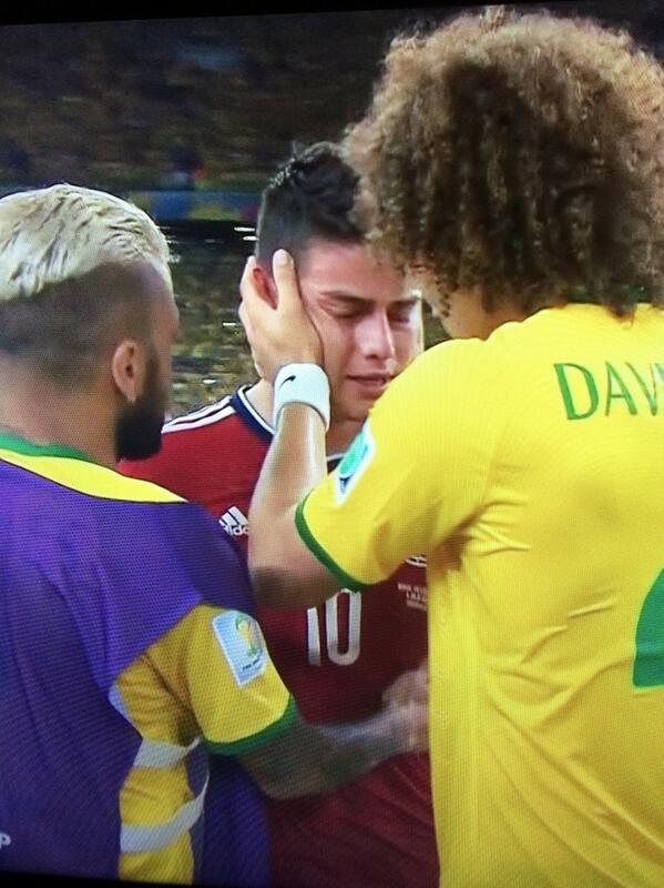 Alves y Luiz consuelan a James Rodriguez. El deporte es lo más hermoso #BRA #COL http://t.co/SGOKXXK5yC
