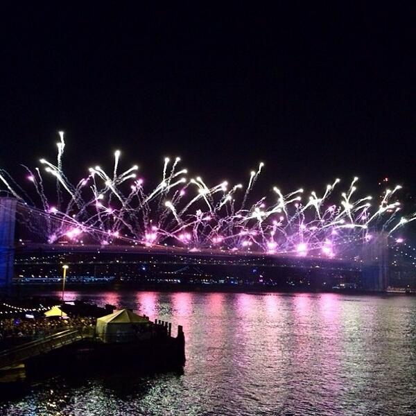 Amazing shot of fireworks off the Brooklyn Bridge. Happy 4th to you all. Enjoy! http://t.co/AqMnDKQjI4