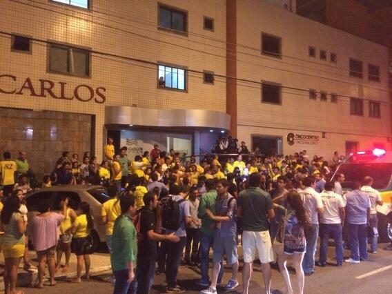 ネイマール選手が運ばれた病院前には多くのサポーターや取材陣。 @OGlobo_Esportes: Torcedores e jornalistas se aglomeram em frente ao hospital.  http://t.co/s35kkFKhz3