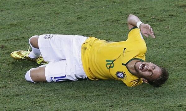 """@JornalOGlobo: Neymar fratura vértebra e está fora da #Copa2014. http://t.co/rwzx9my8IW http://t.co/YxZ6WMs9GP"" NAONAONAO"