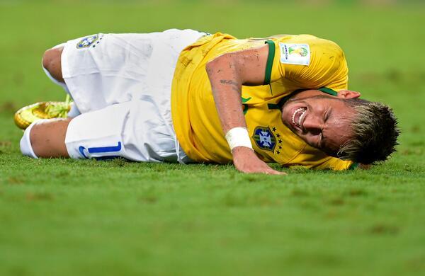 BREAKING: Team doctor Rodrigo Lasmar confirms Neymar suffered a broken vertebra and is out of the World Cup #BRA http://t.co/CCczYCW5Z8