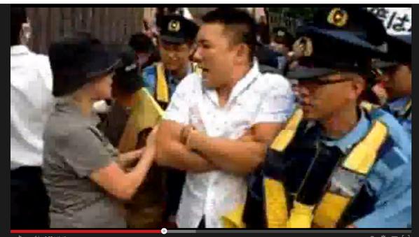 見事としか言いようがない7月1日官邸前の山本太郎@yamamototaro0氏。押してくる多数の警官に対し最初は腕を前に組み、続いて両腕を上げて無抵抗体勢を貫く。 http://t.co/uzAaLJQBm2