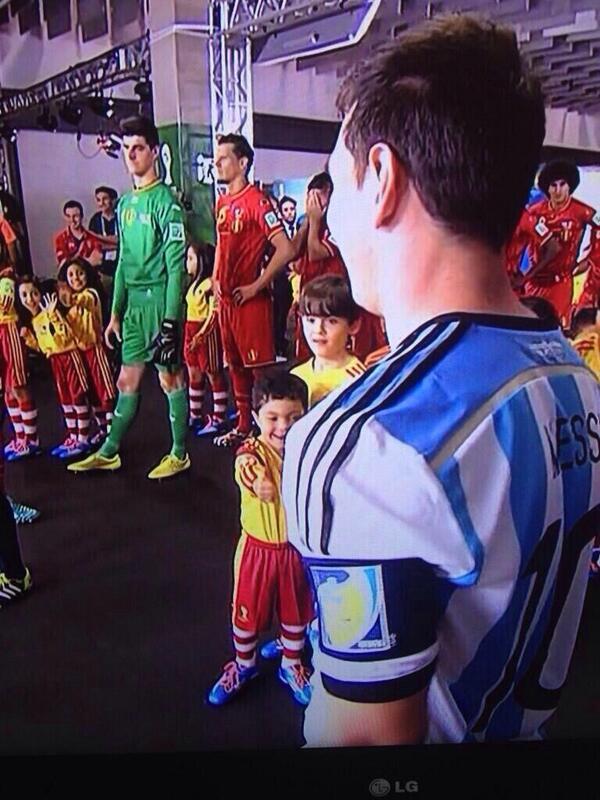 Si #Messi no te dejó con la mano extendida... No tuviste infancia. #ARG #ARGvsBEL http://t.co/6uOW6DkvVu