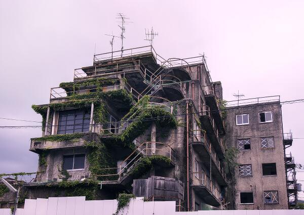 路地裏で偶然発見した廃墟マンション。「京都九龍城」と名づけました。 http://t.co/86hy3WDsjm