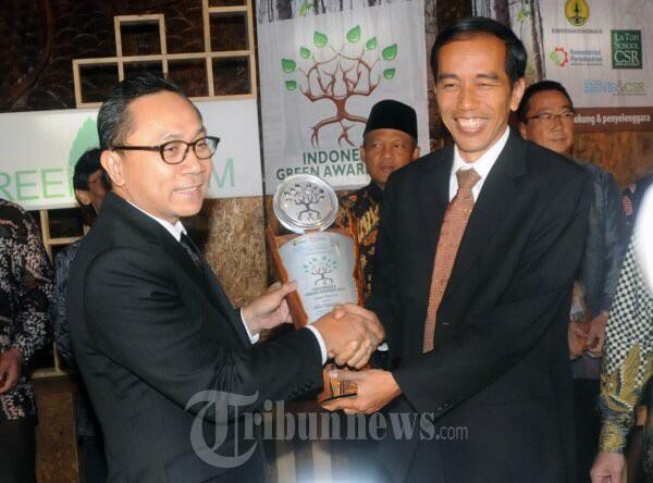 Solo 2012mendapatkan penghargaan Green Citydari The La Tofi School of CSR yang diberika ke Jokowi oleh Menhut. http://t.co/bkEhXHfkPI