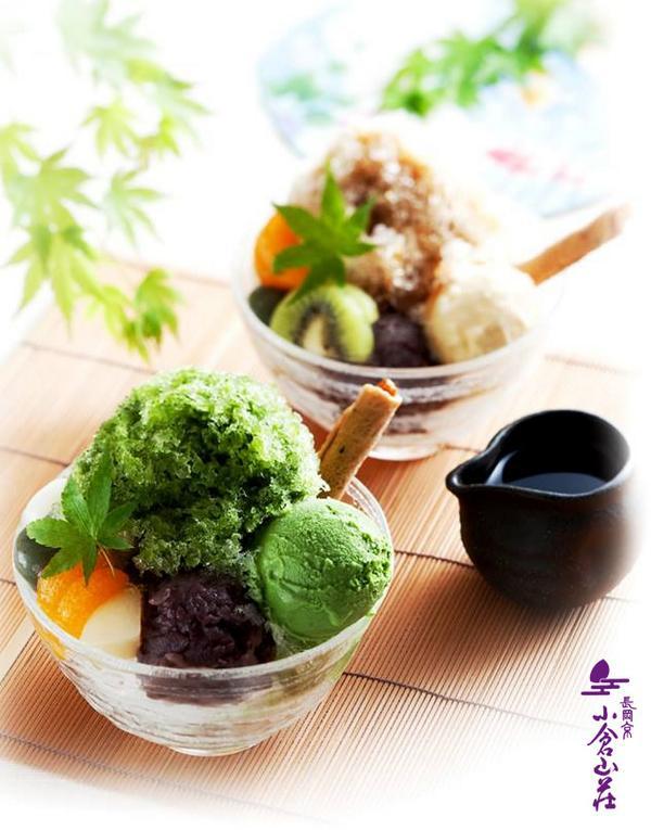 京都・長岡京、小倉山荘本店併設のカフェ、夏季限定かき氷でございます。ふわふわのパウダースノウの氷にたっぷりの蜜、アイスや餡、フルーツをトッピング。たまりません。 http://t.co/f2Ay2aVZfH http://t.co/3eTA7nzZQC