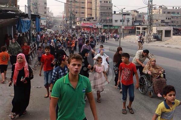 Yusuf Özhan (@Yusuf_Ozhan): #Şecaiyye'de halk, #İsrail'in füze & havan topu saldırılarından kaçıyor. Yalın ayak, tekerlekli sandalyelerle. #Gazze http://t.co/nRQmX0rYzP