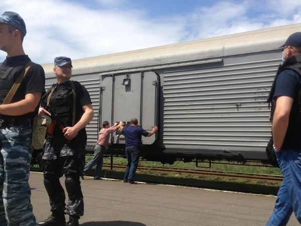Bodies being loaded into these refrigerated rail cars in city of Torez. #MH17 http://t.co/nr97W4AfOo
