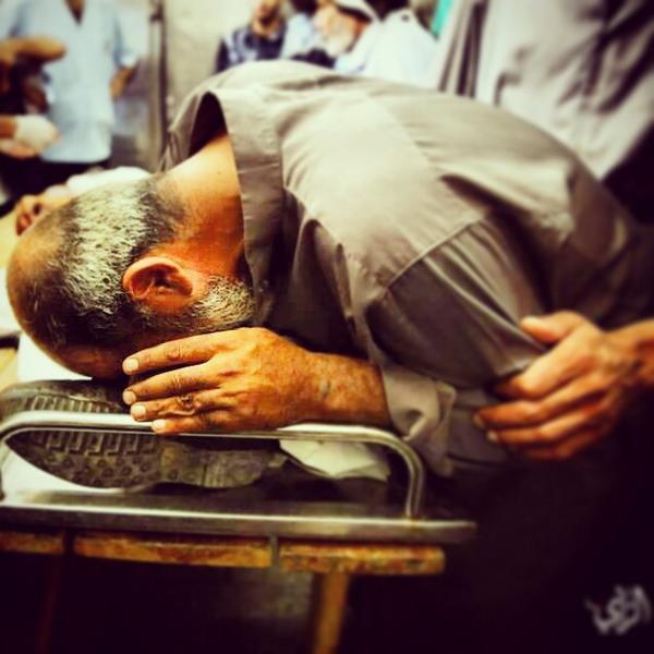 والد الشهيد الصحفي خالد حمد يقبل قدمه في وداعه ... #غزة_تحت_القصف  #غزة  #فلسطين http://t.co/zX89QJNpHk
