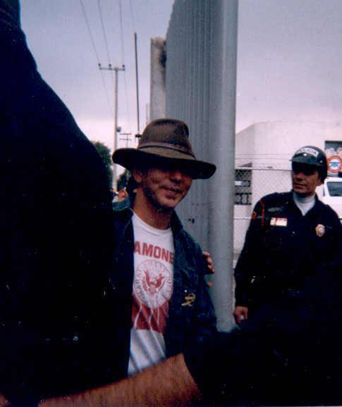 Eddie en 2003 afuera del Palacio de los Deportes. Por desgracia no sabemos quién tomó las fotos #PJMX11 @PearlJam http://t.co/0vAo7wXQ6w
