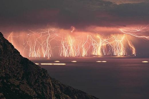 There is a place in Venezuela where lightning strikes 280 times per hour, 160 nights a year: http://t.co/7yJv2D2r9z