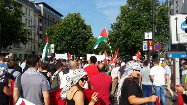 March moving down Kudamm now #berlin #GazaUnderAttack http://t.co/MLnUhv40bI