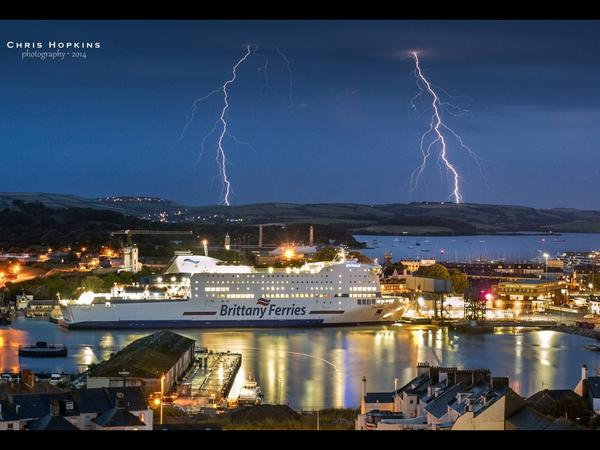 Friend of mine Chris Hopkins took this simply stunning photo of the lightning last night. @BrittanyFerries #plymouth http://t.co/ZCGk4D6kB7