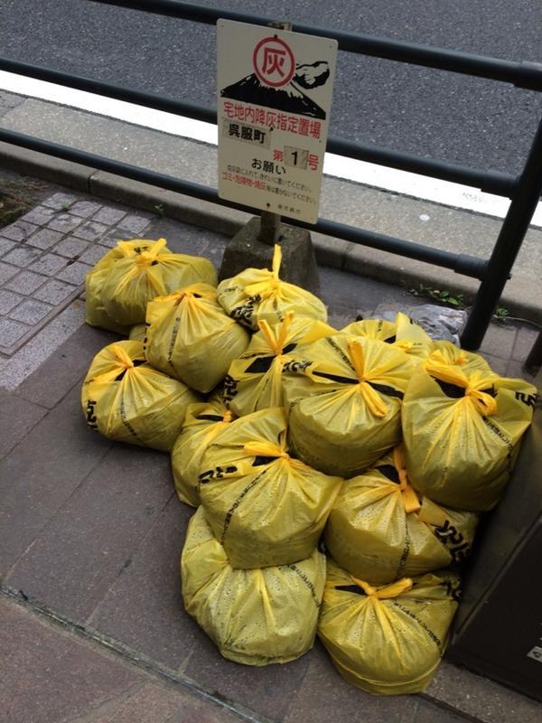 実は、アクを取るのに灰は有効利用されます(^O^) RT @nobi 鹿児島ではこうやって灰を集めて捨てます http://t.co/8AuJRmcqBV