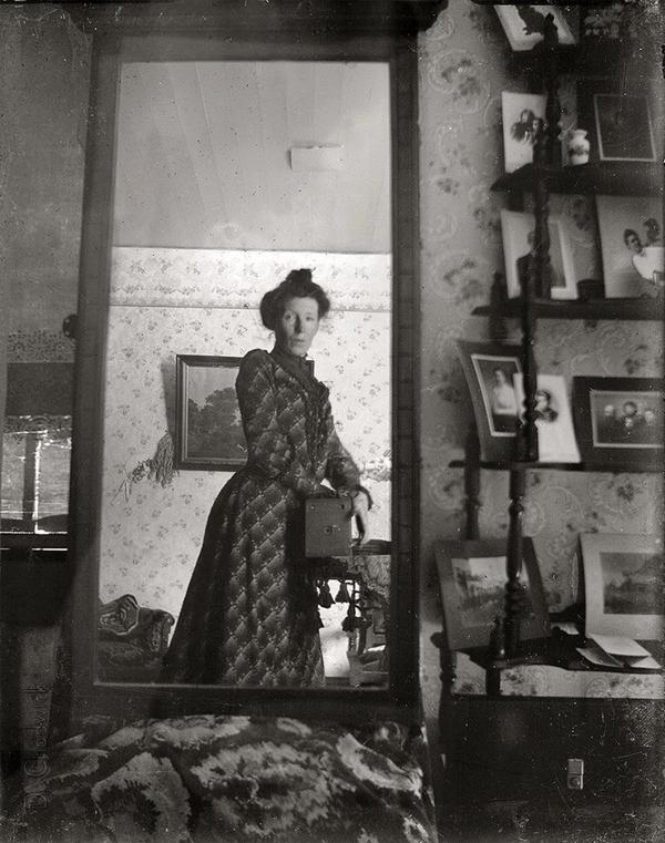A woman taking a selfie in 1900. http://t.co/eLmTs00PNt