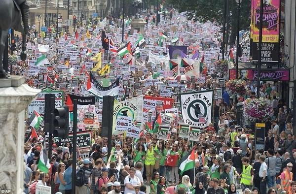 هذه لندن مو رياض مو قاهرة مو بوظبي مو كويت مو دوحة مو مسقط هذي لندن بالفعل أكثر إنسانية مننا  #TerroristsIsrael http://t.co/xkpLv8Zztf