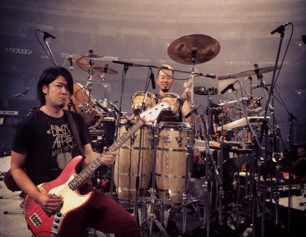 コブクロツアー16本目ファイナル。京セラドーム大阪2days2日目☆もう終わりかと思うと寂しい。今日も弾きまくります!いつも笑顔なラムジーさんと。 http://t.co/cyFzUolNkA