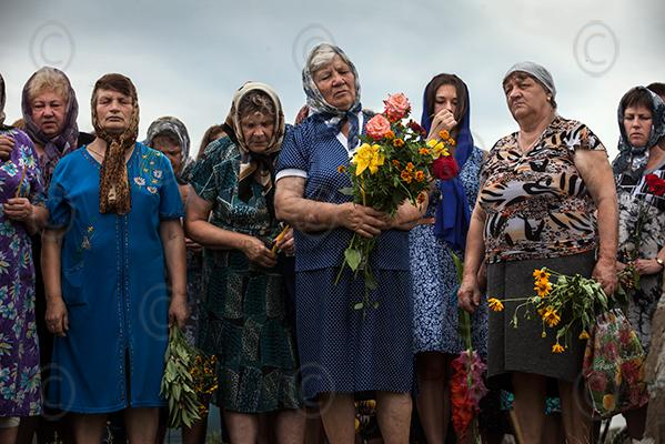 Hartverwarmend RT @WillemDudok: #MH17 RTVillagers of Grabove, at the crash site hold a memorial service for the dead. http://t.co/6Y34NkXWAU