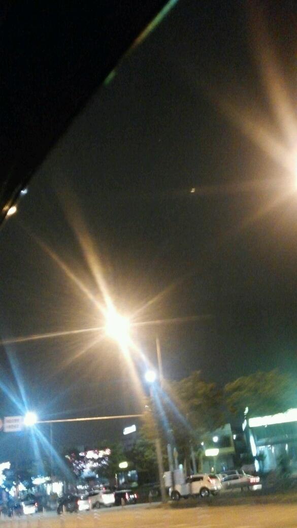 오늘 밤 하늘이 공기좋고 시원한데.... 내 마음은 왜이리도 답답하고 무겁니. http://t.co/5qX85mTVVq