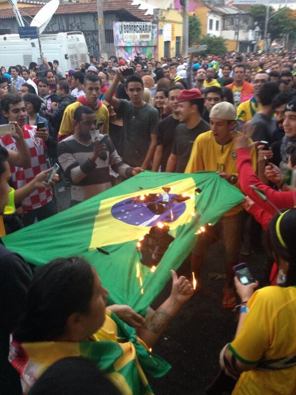 Torcedores revoltados com o placar do jogo queimam a bandeira do Brasil na Vila Madalena #vejaspnacopa http://t.co/6tub3gTcPo