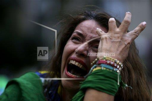 #LAFOTO: Desconsuelo en estadio Mineirao de Belo Horizonte ante paliza de #GER a #BRA http://t.co/yoP3imVHN4
