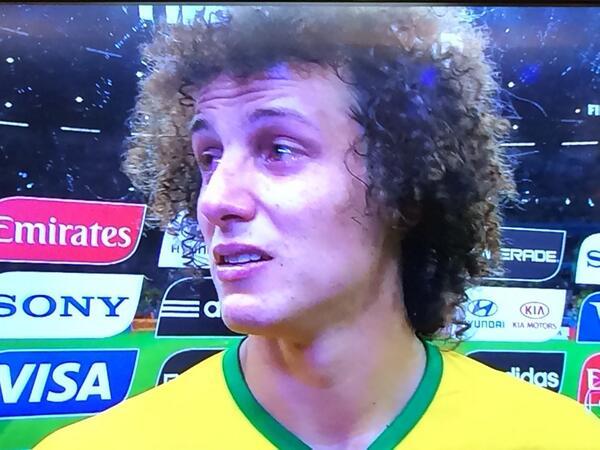 """David Luiz """"disculpa a todo el mundo, disculpa a todos los brasileros"""" no para de llorar. #BrasilESPN http://t.co/0bI9vWWgkS"""